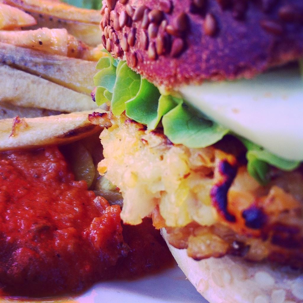 veg-burger-tomato-pesto-kfeemazine